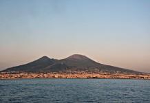 Vesuvio fonte foto: Di Mentnafunangann - Opera propria, CC BY-SA 4.0, https://commons.wikimedia.org/w/index.php?curid=34848949